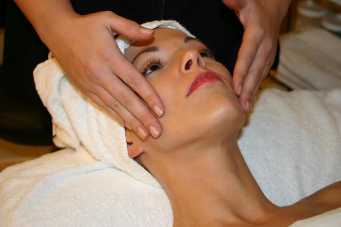 ...(другое название - мануальная) чистка является самым глубоким и действенным методом очищения кожи лица.